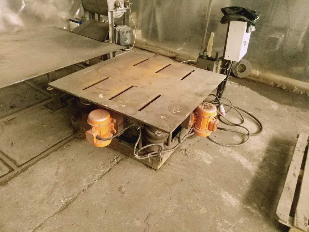 Vibrating table for CTS