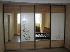 Capacious sliding wardrobe with sanding drawing