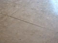 Выравнивающая шлифовка каменных плит.
