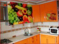 Кухня с ярким фотофасадом