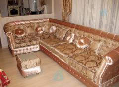 El sofá y banketka en estilo oriental