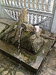 Фонтан из камня под дерево