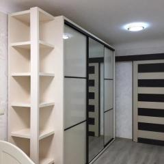 Шкаф-купе в прихожую с зеркальными дверями