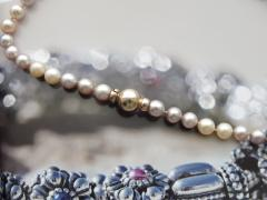 Bracelet pearl with the gold lock.