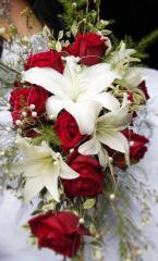 Каскадный букет из лилий, роз, гипсофилы с