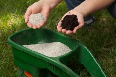 Внесение удобрений под газон