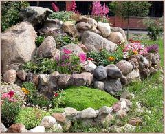 Создания клумб из натурального камня в саду в Молдове
